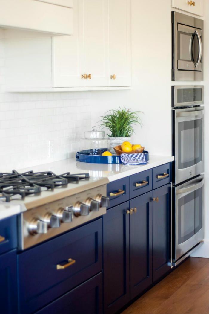 βαψε τα ντουλαπια της κουζινας