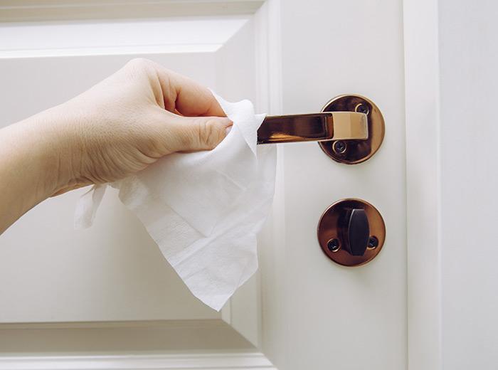 καθαρισμος πομολα πορτας χερουλια υγρα μαντηλακια μικροβια απολυμανση ιος